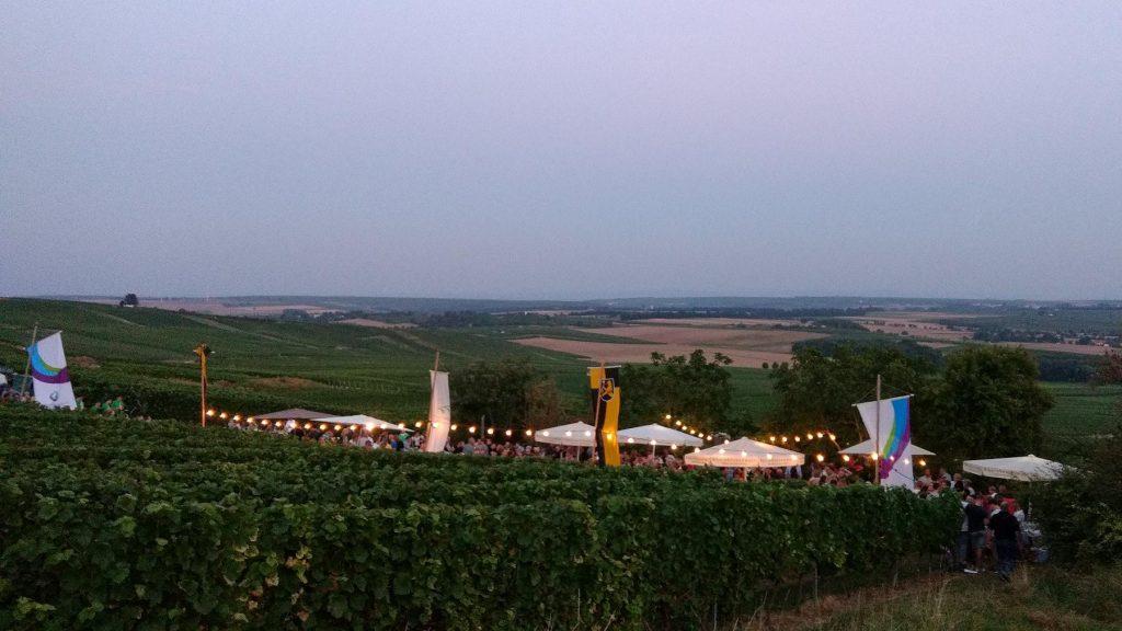 Abendlicht bei der Weinprobe zur Selzer Kerb
