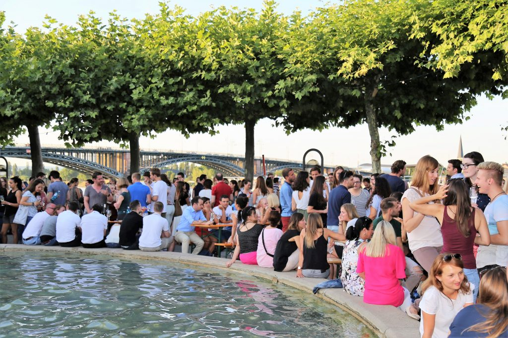 Mainzer Weinsalon. Foto: Karl Weller. Feiern am Brunnen