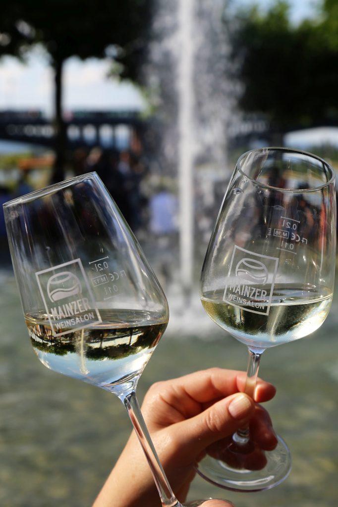 Mainzer Weinsalon. Foto Karl Weller. Weinglaeser