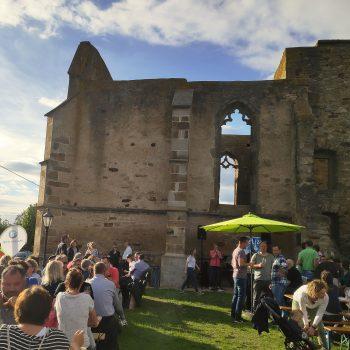 Die Beller Kirche im Sonnenuntergang und gemütliche Feierstimmung drumherum