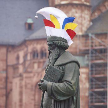 Gutenbergdenkmal mit Narrenkappe