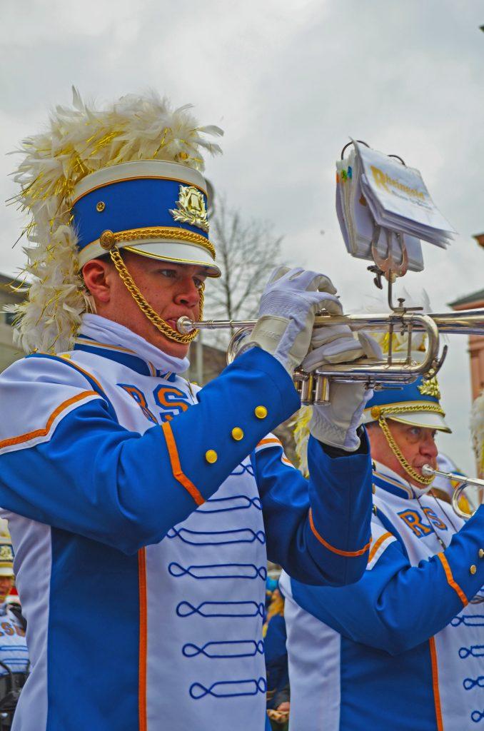 Trompeter der Rheingold Show and Brass Band beim Jugendmaskenzug 2020.