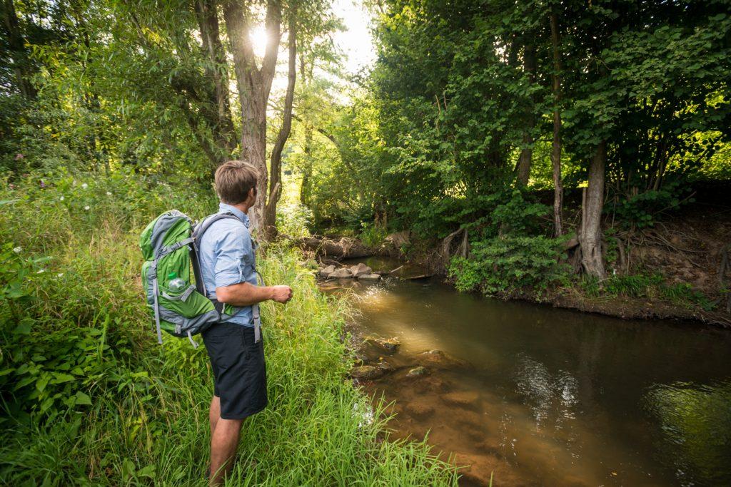 Wanderer am Wasser auf der Hiwweltour Tiefenthaler Höhe